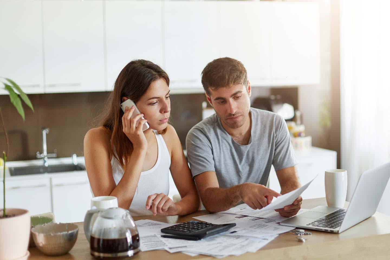 giovane coppia controlla le spese condominiali